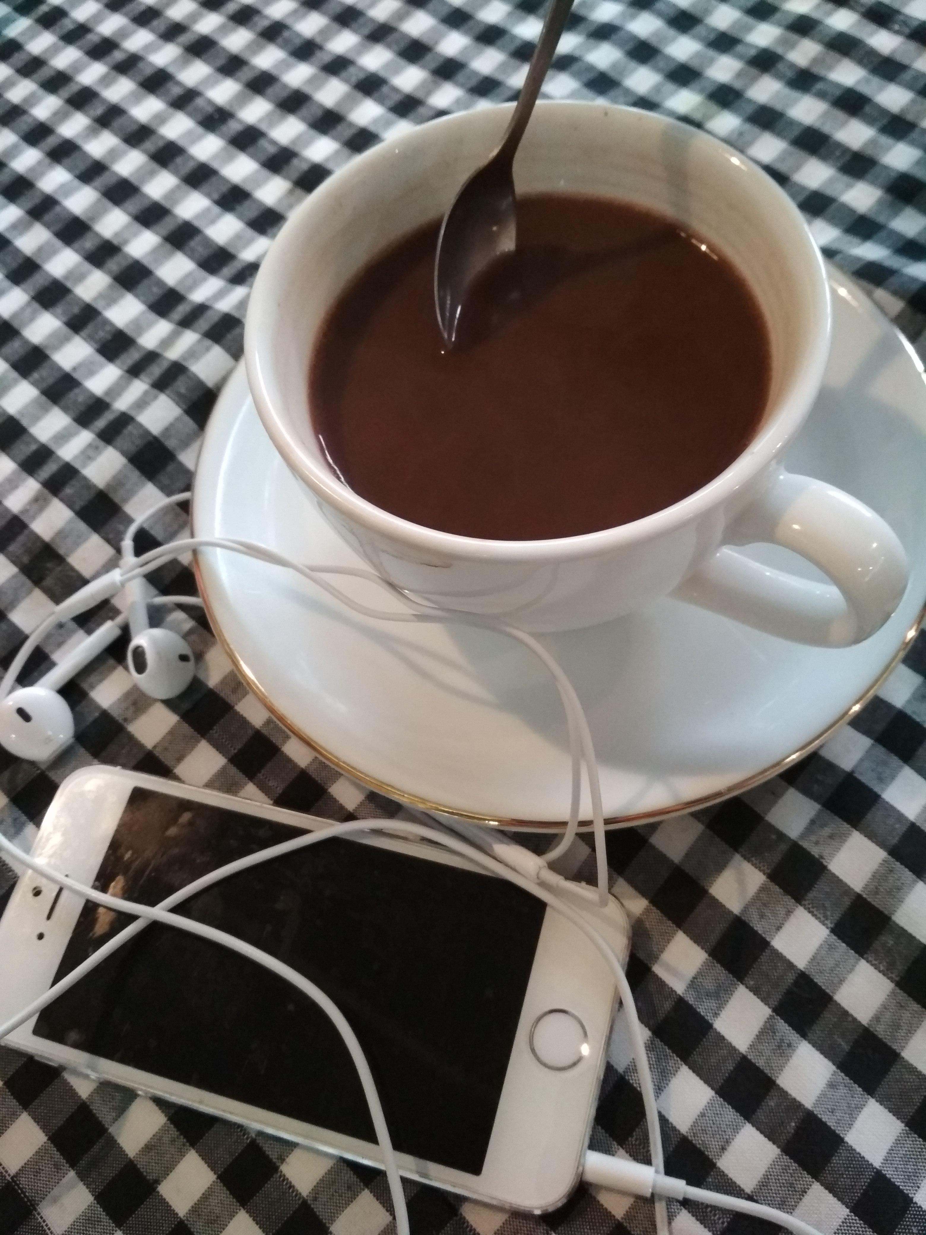 SECANGKIR HOT CHOCOLATE & HATIPUN BAHAGIA